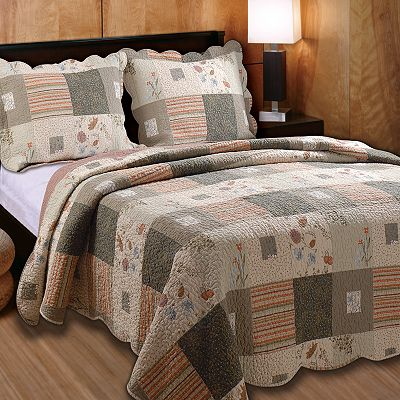 trapunta patchwork quilt