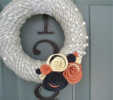 Ghirlanda di lana con fiori e farfalle
