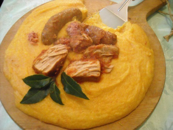 Polenta con ragù di salsicce e carne di maiale