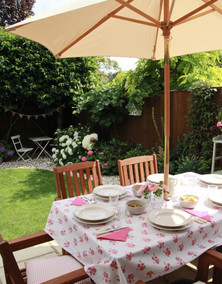 addobbare-tavola-giardino-ombrellone