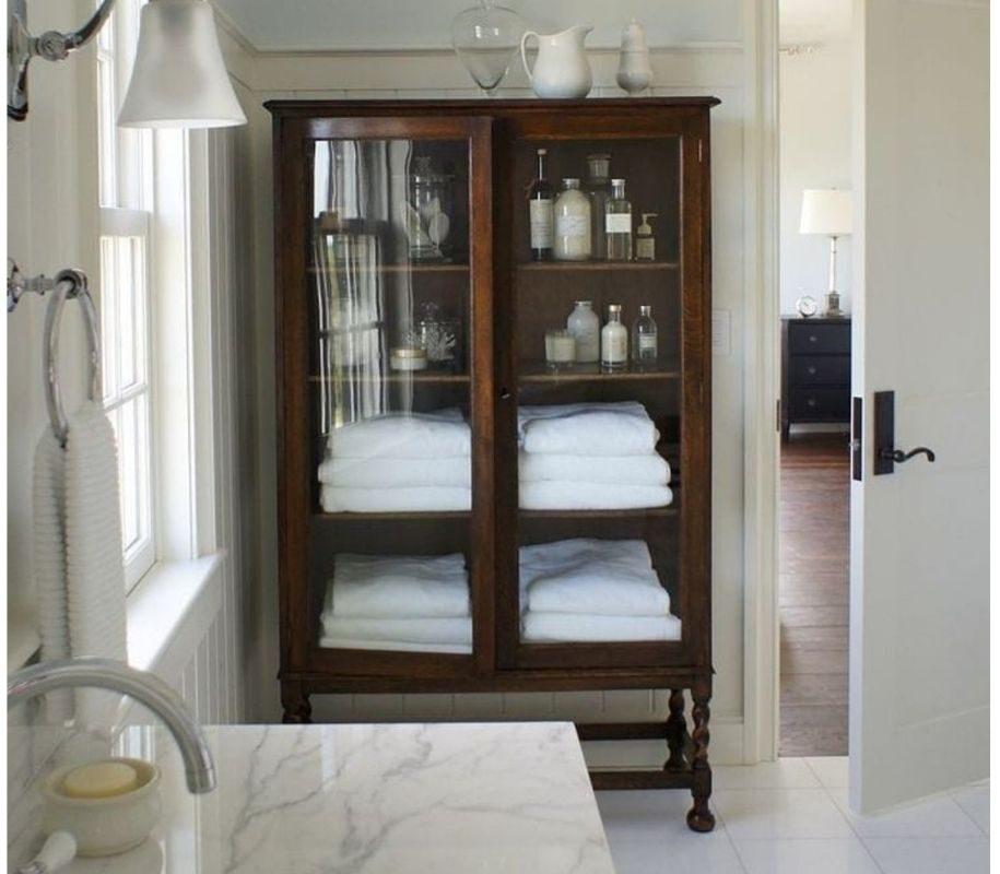 Idee per arredare con un armadio antico in una casa moderna